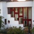Kunststofffenster Weinrot als Außenfassade