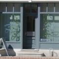 Holz Ladentür mit Oberlicht und Schaufensteranlage Farbe Mausgrau