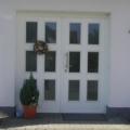 Holz Haustür 2 Flügelig mit rechteckiger Verglasung und Edelstahl Stoßgriff