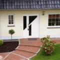 Holz Haustür mit Seitenteil & Schmuckfüllung und Glas Weiß & Stoßgriff