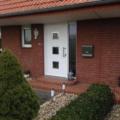 Aluminium Haustür mit Seitenteil Links & Edelstahl-Applikationen