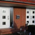 Aluminium Haustür mit Seitenteil und Edelstahl Stoßgriff