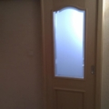 Innentür als Schiebetür vor der Wand laufend mit Zarge Ahorn Furnier & Satiniertes Glas mit Fassettenschliff