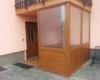 Kunststoff 90 Grad Windfang mit Eckpfosten im Außenbereich 2 Fach Ornamentverglasung Delta  Farbe Golden Oak für Ein / Mehrfamilien Häuser & Ärztehäuser