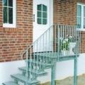 Stahlwangen Außen Treppe geradläufig mit Podest verzinkt auf Stützen stehend & Geländer mit Zierstäben & Flachstahl Handlauf & Granit Rosa Beta Trittstufen 60 mm