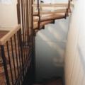 2x übereinander liegende Stahlharfentreppe Farbe RAL 8017 Schokoladenbraun Treppenstufen Buche Massiv  1/4 gewendelt &  Holzhandlauf gerundet Buche 40 X 80 mm & Brüstungsgeländer