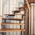 Stahlharfentreppe Farbe RAL 8017 Schokoladenbraun Treppenstufen Buche Massiv 1/4 gewendelt &  Holzhandlauf gerundet Buche 40 X 80 mm