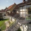 Stahl Außen Treppe Geradläufig verzinkt auf Stützen stehend als Außen Zugang zum 1 OG mit Podest & beidseitigem Treppengeländer als Wangen Konstruktion & Rundrohr Geländerstäben & Handlauf & Gitterroststufen