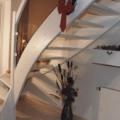 Massivholzwangentreppe Esche Weiß gebeizt 1/4 gewendelt Handlauf 40 X 80 mm schräger Antritt & ESG Glasfüllung braun & weiße Glashalter