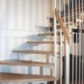 Stahlharfentreppe Farbe RAL 9016 Weiß Treppenstufen Buche Massiv  1/4 gewendelt &  Holzhandlauf gerundet Buche 40 X 80 mm