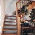 Massivholzwangentreppe Buche 1/8 gewendelt Wand seitig eingestemmt Geländer seitig aufgesattelt Handlauf 40 X 80 mm & runde Geländerstäbe & Pfosten & Brüstungsgeländer & Deckenlochverkleidung