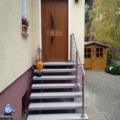 Außen Stahlwangentreppe Pulverbeschichtet Farbe RAL 7026 Granitgrau mit Edelstahl Reling Geländer & 60 mm Granit Stufen Serizzo mit Antrittspodest & Fußabstreifer