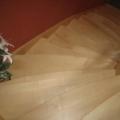 Massivholzwangentreppe Ahorn/Buche 1/8 gewendelt stehender Krümlig & gebogene Treppenstufen