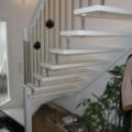 Massivholztreppe Esche Weiß wandseitig eingestemmt/gebolzt 1/4 gewendelt Handlauf 40x80 mm schräger Antritt & Geländerstäbe Edelstahl mit schwarzen Würfeln
