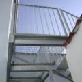 Stahl Außen Treppe Geradläufig verzinkt auf Stützen stehend als Außen Zugang zum 1 OG mit Podest & beidseitigem Treppengeländer als Stahlwangen Konstruktion & Flachhandlauf und Vierkant Geländerstäben & Gitterroststufen