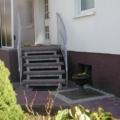 Außen Stahlwangentreppe gebogen mit Podest verzinket mit beidseitigem gebogenen Geländer & Zierstäben & Flachstahl Handlauf & 60 mm Granit Stufen Rosso Balmoral geflammt