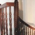 Massivholz Wendeltreppe Mahagoni Stapelia Handlauf 40 X 80 mm Durchmesser 1,8 m & gedrechselte Geländerstäbe & Deckenlochverkleidung & Barock gedrehter Pfosten