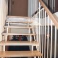 Stahlharfentreppe Farbe RAL 9016 Weiß Treppenstufen Buche Massiv  1/4 gewendelt &  Holzhandlauf gerundet Buche 40 X 80 mm & Brüstungsgeländer