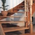 Massivholzwangentreppe Buche 1/4 gewendelt Wand seitig eingestemmt Geländer seitig aufgesattelt Handlauf 40 X 80 mm & gedrechselte Geländerstäbe & Pfosten & 1/4 Handlauf Krümlig