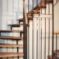 Stahlharfentreppe Farbe RAL 8017 Schokoladenbraun Treppenstufen Buche Massiv 1/4 gewendelt &  Holzhandlauf gerundet Buche 40 X 80 mm & Brüstungsgeländer zur Kellertreppe