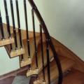 Massivholztreppe Eiche wandseitig eingestemmt 1/4 gewendelt Geländer mit Stahlseil gebolzt
