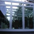 Aluminium Wohnwintergarten 2x 135 Grad Ecke als Pultdach/abgewalmtes Dach & Dachfenster & Unterbauelemente seitliche Alu Festverglasungen & Dreiecks Verglasung & Aluminium Haustür Farbe RAL 9016 Weiß 2-Fach Verglasung & 2-Fach Dachverglasung 10 mm Sicherheitsglas & montiert auf Terrasse & Aluminium Fensterbank Abdeckungen & Erhard Markise Wintergarten HS