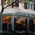 Aluminium Wohn Wintergarten Ausführung als abgewalmtes Dach 2 x 135 Grad Erker Ecken Unterbauelemente mit Kunststoff Haustür 2 Flügelig und Seitenverglasung Festverglasungen Farbe RAL 9016 Weiß 2-Fachvergasung VSG 10 mm Sicherheitsglas.