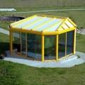 Aluminium Wintergarten beidseitig abgewalmt mit 2x 135 Grad Ecken & Alu PSK Tür & Alu Balkontür und Seitenverglasung Festverglasung Farbe RAL 1026 Leuchtgelb & Dachverglasung 3-fach Stegplatte Struktur Opal weiß