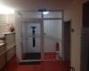 Aluminium Glas Windfang im Innenbereich 2 Fach Isolierverglasung und Oberlicht Farbe Weiß RAL 9016 für Arztpraxen & Gewerbe & Cafés & Restaurants