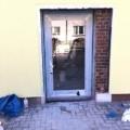 Aluminium Ladentür mit Glas 1-Flügelig & Barrierefreie Magnet-Nullschwellen (nur 4 mm Luft zwischen Türflügel unten und Nullschwelle) & E-Öffner