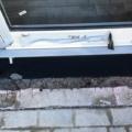 Aluminium Ladentür mit Glas 1-Flügelig & Barrierefreie Magnet-Nullschwellen (nur 4 mm Luft zwischen Türflügel unten und Nullschwelle) & Wasserabläufe für Anschluss an Drainage oder Regenwasser Ablauf