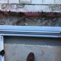 Aluminium Ladentür mit Glas 1-Flügelig & Barrierefreie Magnet-Nullschwellen (Funktionsweise : Beim öffnen werden die Magnetstreifen in der Nullschwellen abgesenkt und beim Schließen werden die Magnetstreifen angehoben und verbinden sich mit den Magnetstreifen der Haustür unten und garantieren die Dichtheit)