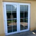 Kunststoff Haustür 2-Flügelig Farbe Weiß mit zwei-teiligen Haustür Bänder beidseitig zu öffnen & 18 mm Sprossen je 8 Felder
